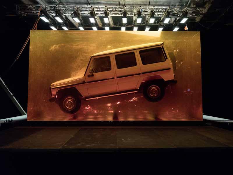 Kunst auf der Detroit Auto Show: Mercedes G-Klasse im Harz-Kubus