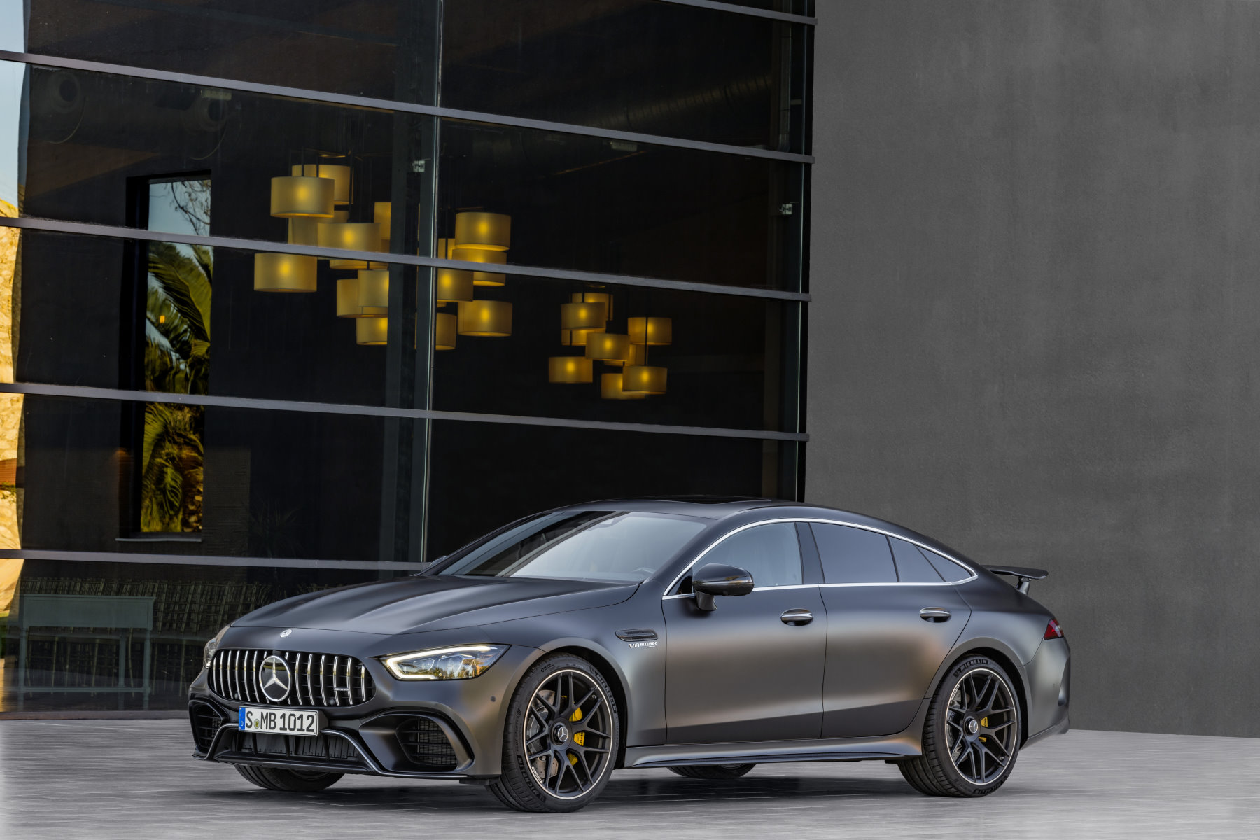 mercedes amg gt coup viert rer harte zeiten f r den cls. Black Bedroom Furniture Sets. Home Design Ideas