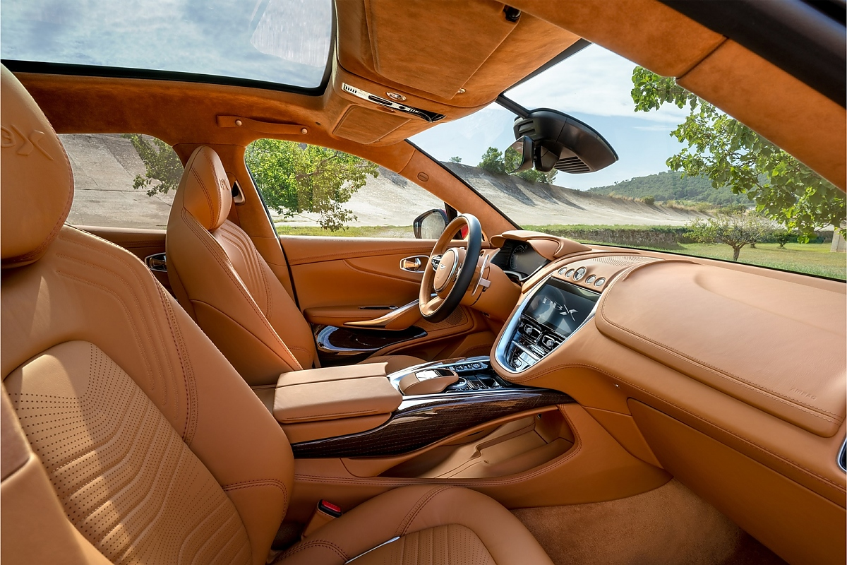 Aston Martin Dbx Auf Allen Vieren